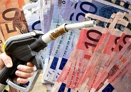 Carburanti: maxi aumento di benzina e diesel per la crisi in Libia