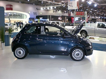 Fiat 500 elettrica presentata ufficialmente al Salone di Londra. Consumi, autonomia, caratteristiche. Foto ufficiali. E le sue concorrenti?