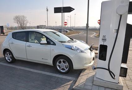 Auto elettriche: dal 2019 ricariche in casa. Nuovo obbligo da Ue?