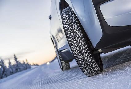 Sicurezza stradale: dal 15 novembre rinnovato obbligo pneumatici invernali. Cosa fare e sanzioni previste per chi trasgredisce