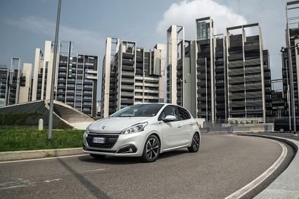 Peugeot 208 Signature serie speciale: design e motori
