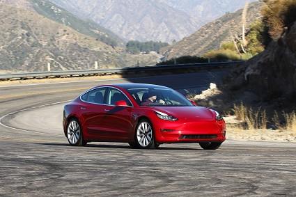 Nuova Tesla Model 3 versione midrange: caratteristiche tecniche e prezzi