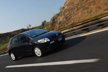 Prova Toyota Auris. Test drive della compatta confortevole e sicura su strada. Design, motri e prezzi.