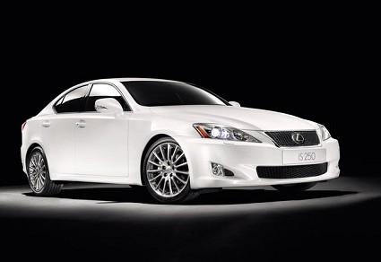 Lexus IS model year 2010: pacchetto F Sport con nuovo navigatore con riconoscimento vocale e differenziale Torsen. Le novit?á